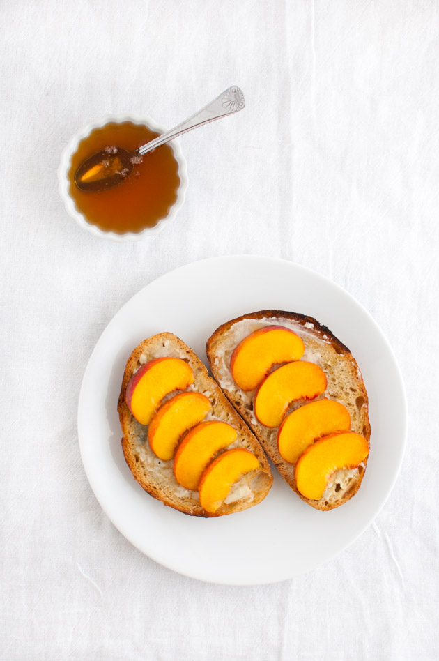 Crostini with Peaches, Blue Cheese, and Honey| tamingofthespoon.com